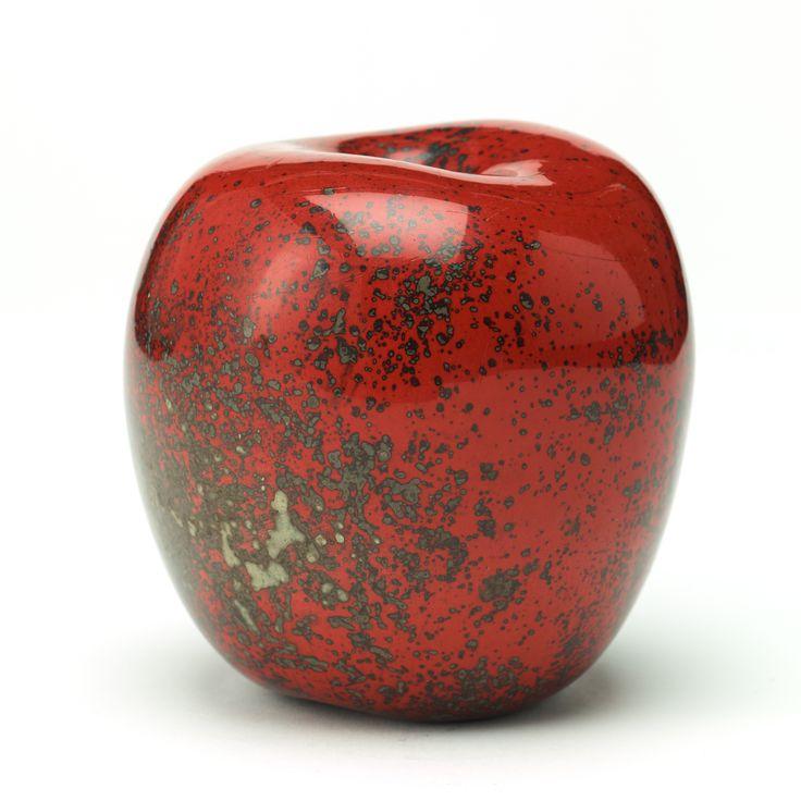 HANS HEDBERG: Skulptur, äpple, Biot, Frankrike.. Fajans, spräcklig glasyr i rött och grått, signerad HHg, höjd 12 cm.