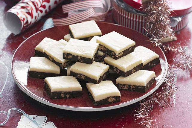 Voilà une recette aussi impressionnante que simple à réaliser. Les couches de chocolat noir et blanc, combinées aux morceaux de biscuits, donnent un fudge crémeux. Un délicieux cadeau de Noël!