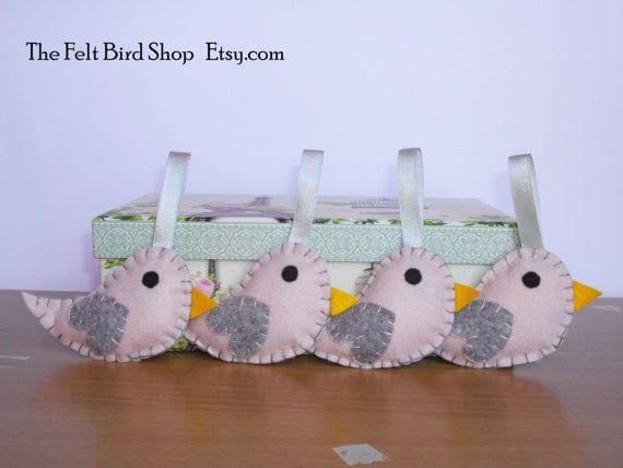 Uccellini in feltro. Uccellini grigi e rosa di di TheFeltBirdShop