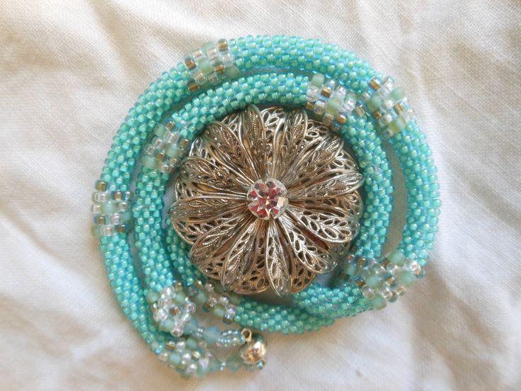 Collar hecho a mano a crochet con chaquiras.