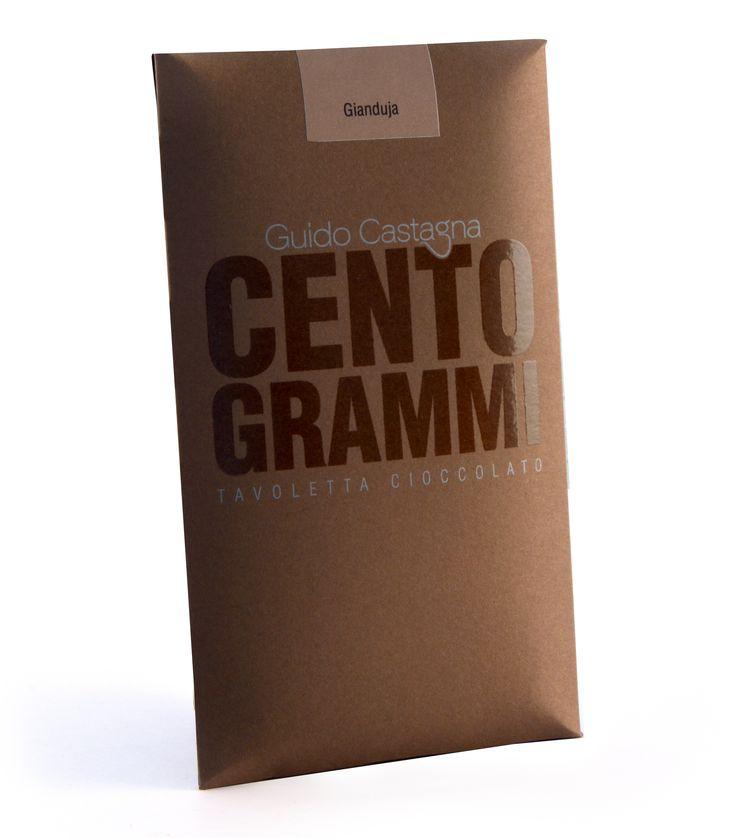 Italiensk, krämig specialitet som vi svenskar brukar kalla nougat. Känn den typiska hasselnötskaraktären på denna giandujan i världsklass. Innehåller Arriba-kakaobönor samt bönor från Grenada. Den innehåller 30 % hasselnötter av sorten Tonda da Gentile som är en unik hasselnöt med en fyllig hasselnötig smak.  Conchad i 48 timmar.   #GuidoCastagna #gianduja #hasselnötter #nougat #choklad #nuttobar #beantobar #Beriksson