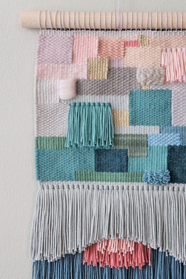 **Handwoven wallhanging ALEXEI** **Dimensions:** approx. 26,5 x 43,5 cm (weaving and fringe) approx. 30 x 60 cm (incl. hanging) **Material:** virgin wool...