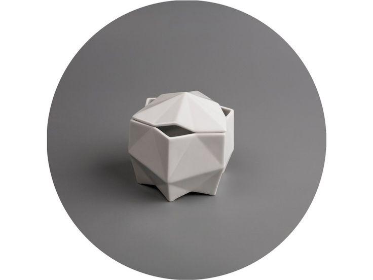 Cukornička je vyrobená z glazovaného porcelánu a tvarom sa inšpiruje českým kubizmom v keramike.
