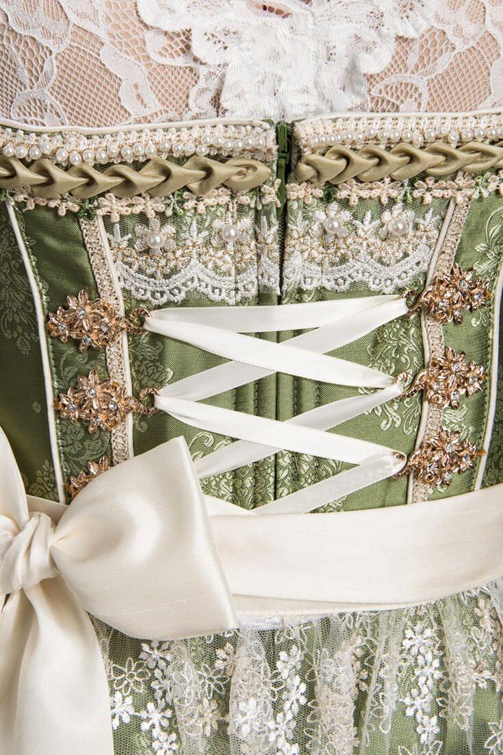 """Filigran und stilvoll erstrahlt da Designer-Dirndl """"Taisia"""" (altgriechisch """"Die Zarte"""") in edlem grün und creme. Die hauchfeine, blütenbestickte Schürze und die dazu passende Bordüre gepaart mit den erlesenen Miederhaken, verleihen diesem Hochzeitsdirndl einen ganz besonders feinen Charme!"""