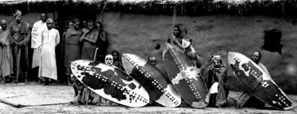 группа воинов Вахехе. В далёкой Восточной Африке, на той территории, где сейчас находится юго-западная часть государства Танзания, к северо-востоку от озера Ньяса, в начале XIX века жило негритянское племя Хехе. Рядом с этим племенем обитали несколько родственных племён, и все они вместе с Хехе коллективно назывались Вахехе, разговаривали на языке Кихехе, территория, на которой жил этот союз племён, называлась Ухехе.