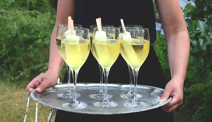 Här kommer tips på en härlig somrig välkomstdrink. Den är inte bara fräsch, somrig och god – den är rolig (å lite barnslig) också. En ice breaker. Jag är mycket förtjust i den så kallade...