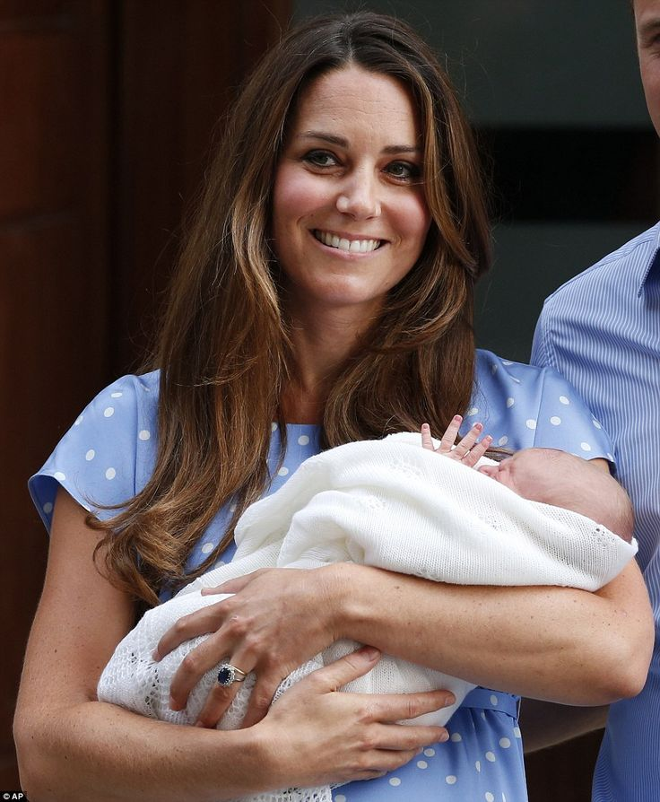 Royal Baby Cambridge greets the world: Kate Middleton and Prince William take their son home to Kensington Palace | Mail Online