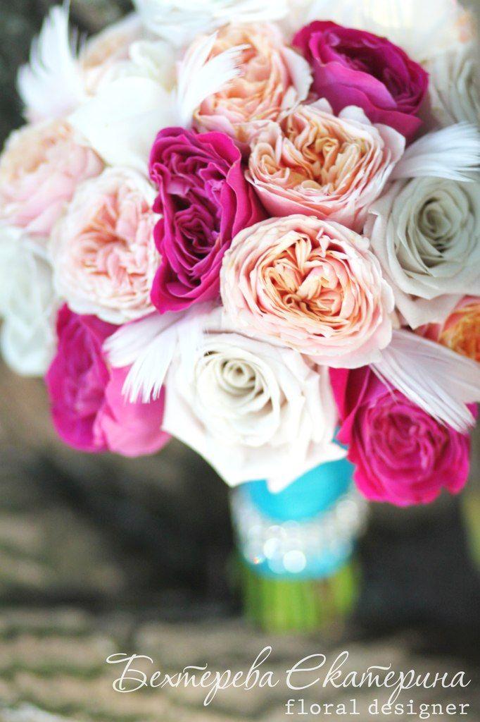 Букет невесты из роз и перьев. Ручка букета декорирована стразами. Флорист Бехтерева Екатерина.