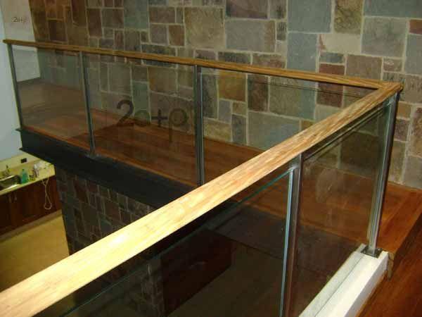 Baranda de vidrio laminado con parantes de seccion - Pasamanos de madera modernos ...