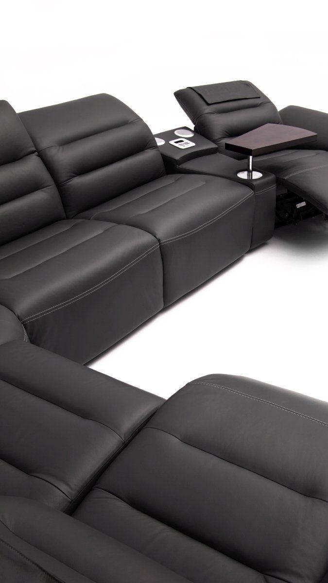 Duży, rozłożysty zestaw wypoczynkowy składający się z narożnika oraz foteli (będących jednocześnie częścią zestawu, jak i oddzielnymi siedziskami). Skórzany, czarny komplet mebli wypoczynkowych do dużego salonu.