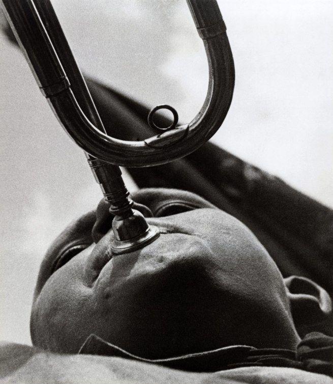 Alexander Rodchenko é referência básica porque suas obras marcam com força o Construtivismo Russo, do qual foi um dos fundadores. Até hoje elas influenciam novas gerações dedesigners gráficos, principalmente no que diz respeito ao projeto de pôsteres e cartazes. Num segundo momento de sua carreira, como fotógrafo, também deixou belíssimos trabalhos. Poderíamos resumir e dizer […]
