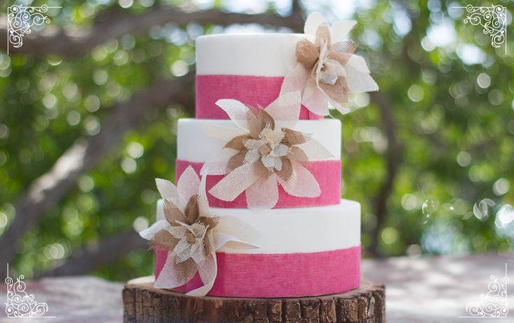 Pastel de fondant para una boda estilo mexicano. Motivos en tela de yute. Bizcocho sabor limón con relleno de crema diplomat