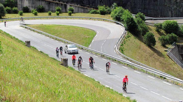 On our bike few days trip around Grenoble (France) and Col du Glandon. Col du Glandon is a high mountain pass in the Dauphiné Alps in Savoie, France, linking Le Bourg-d'Oisans to La Chambre. En nuestra bicicleta unos días de viaje alrededor de Grenoble (Francia) y Col du Glandon. Col du Glandon es un pase de alta montaña en los Alpes Dauphiné en Saboya, Francia, que une Le Bourg-d'Oisans a La Chambre. #biketrip #mountains #tripadvise #clouds