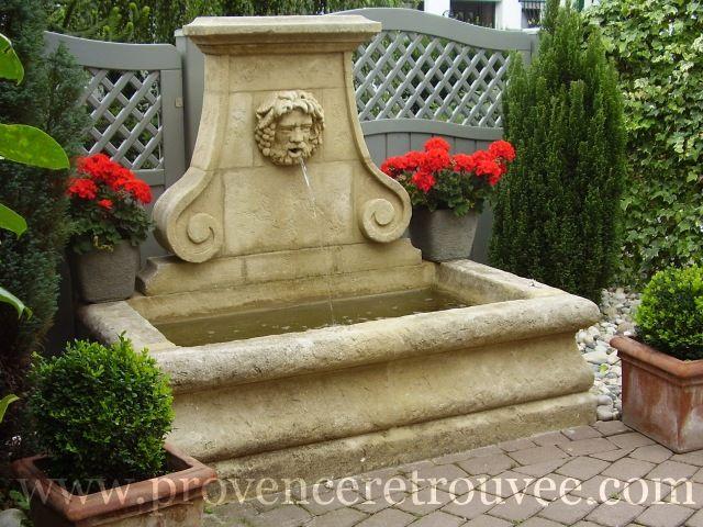 Ambiance provençale dans ce jardin avec cette fontaine en pierre de taille. Le Bacchus a été sculpté à la main dans un bloc de pierre brut.