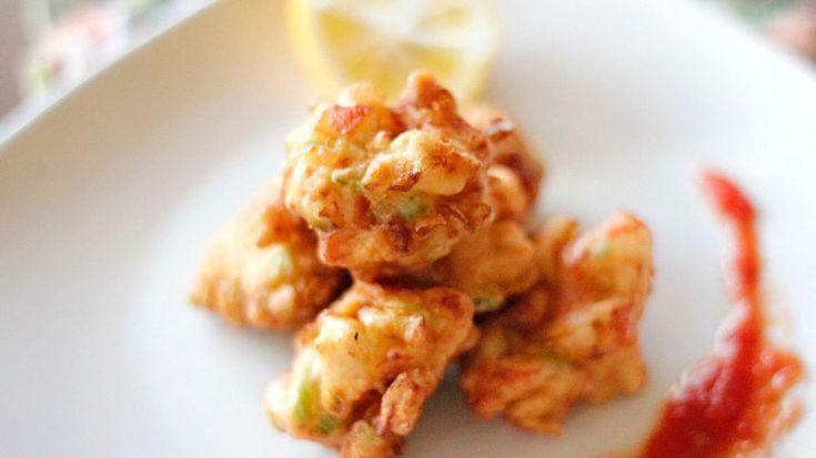 Las conchas fritas, conocidas en inglés como conch fritters son un marisco típico de  las Bahamas. Si has tenido la oportunidad de probarlas sabrás que tienen un sabor muy especial.  No es muy fácil conseguir conch en los Estados Unidos, sin embargo, puedes recrear esta deliciosa receta usando otro marisco como camarones, calamares o en este caso cangrejo. Este platillo es perfecto para tardes de botana o para un lunch ligero, añade una ensalada, un agua fresca y tendrás una comida completa…
