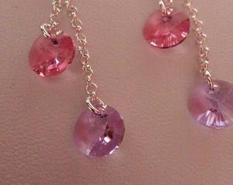 Orecchini pendenti con monachella e catena argento 925. I rivoli Xilion Swarovski da 8mm nei colori Violet e Rose donano agli orecchini lucentezza e brillantezza.