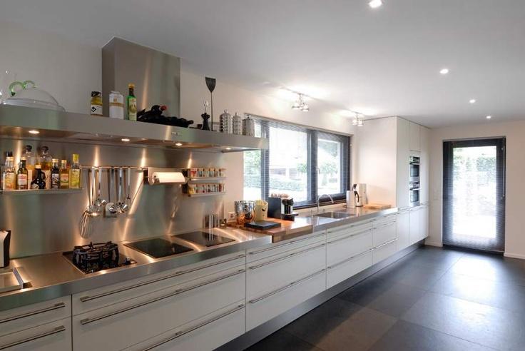 Moderne keuken met roestvrijstaal het fundament interieurarchitecten eigentijds wonen - Kleur gevel eigentijds huis ...