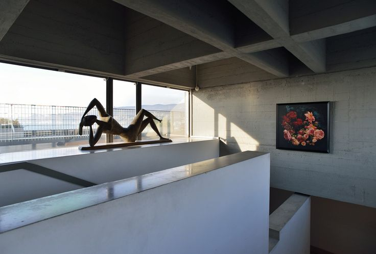 """Museo Revoltella, Trieste. L'opera """"Risveglio di primavera"""" di M. Mascherini (1953) davanti alla vetrata della scala che porta al sesto piano. Foto Mattia Visintini."""