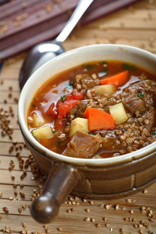 Отварить куриную грудку. Пока она варится, необходимо хорошо промыть гречку. Порезанный лук с нашинкованной соломкой морковью обжарить на сковороде. Картошку порезать соломкой, как и морковь.