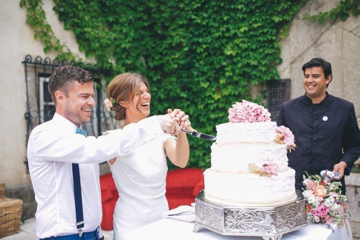 Time to cut the wedding cake - www.myvintageweddingportugal..com | #weddinginportugal #vintageweddinginportugal #vintagewedding #portugalwedding #myvintageweddinginportugal #rusticwedding #rusticweddinginportugal #thequinta #weddinginsintra