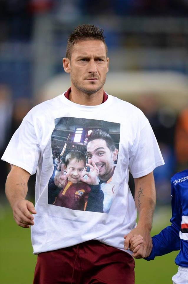 Totti con la maglietta in memoria di Stefano e Cristian tifosi scomparsi tragicamente