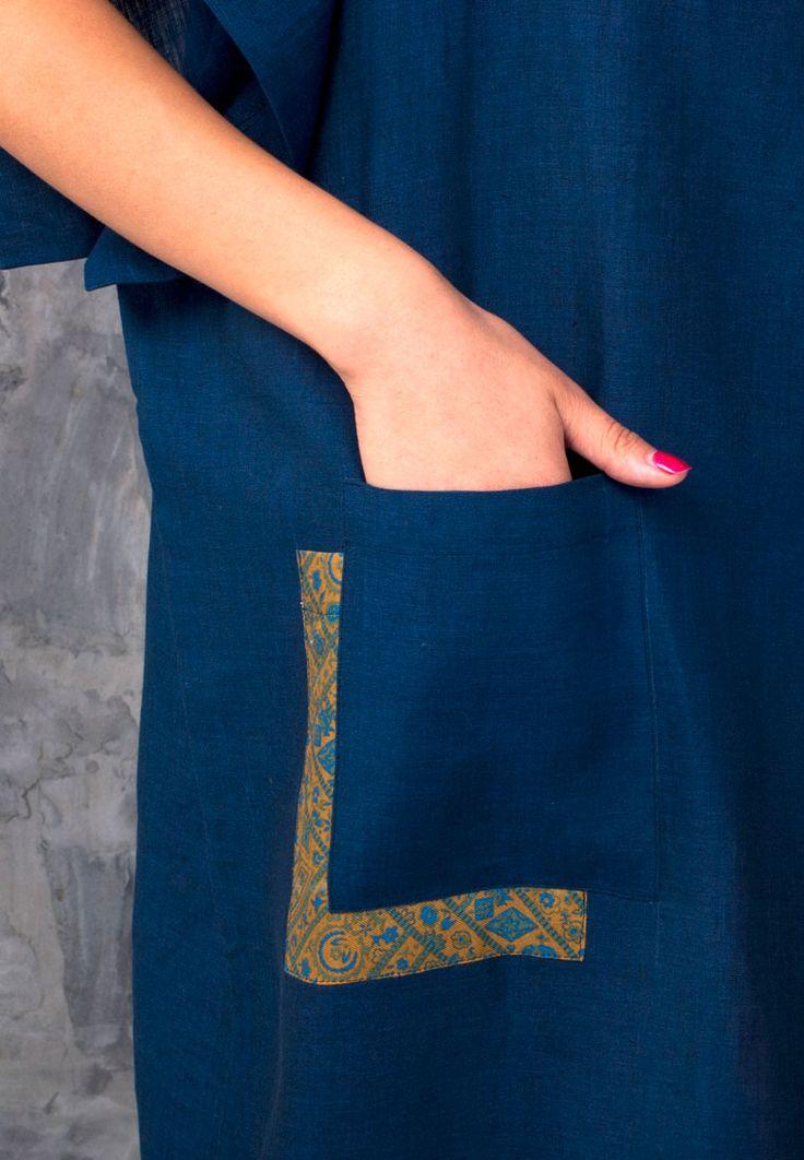 Платье-туника свободного кроя с вырезом лодочкой, накладными карманами и маленькими разрезами по бокам. Платье прекрасно подойдет на жаркие дни как для шумного города, так и для удаленных экзотических курортов. Натуральная ткань, большие функциональные накладные карманы, свободный крой — все для вашего комфорта. Длина от плеча: 95 см Цвет: темно-синий Состав: 100% лен; карманы: 100% лен, …