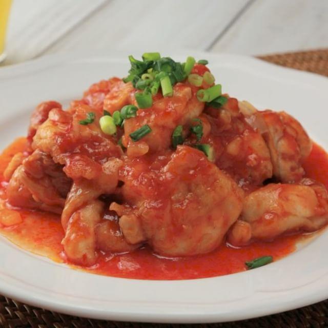 Tomato paste fried chicken ごはんがすすむ!!鶏チリ  レシピにチャレンジしてくれた方、その他にもお料理を作った方は #もぐー のタグをつけて教えてくださいね♪みなさんのお料理が見てみたいです☆  材料 2人前 ・鶏もも肉 1枚 ・薄力粉 小さじ1と1/2 ・サラダ油 適量 ・玉ねぎ 1/4個 ・おろしにんにく 小さじ1/4 ・豆板醤 小さじ1 ・ケチャップ 大さじ3 ・酒 大さじ1 ・みりん 大さじ3 ・鶏ガラスープ顆粒 小さじ1 ・万能ねぎ 適量  作り方 1.鶏もも肉は下処理をして一口大に切り、玉ねぎは粗みじんにしておく。 2.鶏もも肉に薄力粉をまぶし、サラダ油を熱したフライパンで両面を焼く。 3.ケチャップ、おろしにんにく、豆板醤、玉ねぎ、みりん、酒、鶏がらスープ顆粒を加えてよく絡める。 4.軽く煮立ったら器に盛って万能ねぎをふりかけて、完成! ※動画には入っていないのですが、レシピ通りに酒の後、鶏ガラスープ顆粒が入ります。戸惑わせてしまって、ゴメンなさい!美味しい鶏チリを作ってくださいね♪