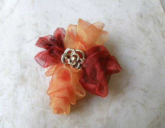 Broche de flores de tela  Fabric Flower brooch por Amigurize, €9.00