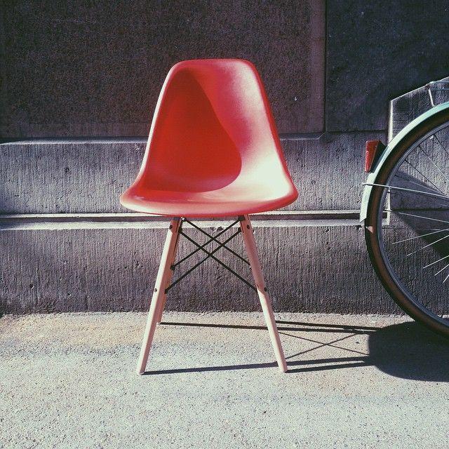 77 best l 39 univers meubles design meubles design 39 s for Coussin chaise eames dsw