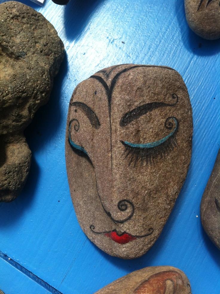 Molt seductora aquesta cara pintada sobre pedra