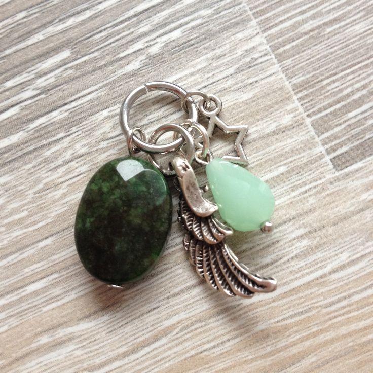Bedel van ovale groene jade steen, mint groene kristal druppel, metalen vleugel en ster. Van JuudsBoetiek €4,50. Te bestellen op www.juudsboetiek.nl