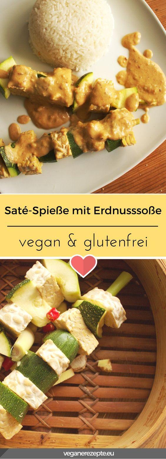 Saté-Spieße mit Erdnusssoße auf Basis von gedämpftem Tempeh. #saté #tempeh #rezept #erdnuss #erdnusssoße #vegan #glutenfrei #satespieße
