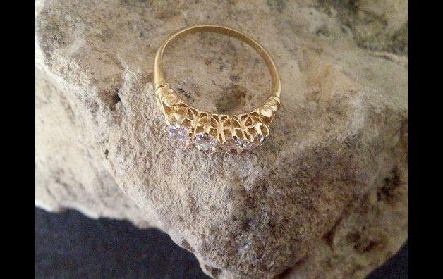 Dieser Ring kennzeichnet einen empfindlichen Bergkristall Edelsteine in Gold 14k füllte Ring-Set.  => Edelstein-Art - Bergkristall => Edelstein Größe - 3 mm * 5 Steine => Edelstein Cut -...