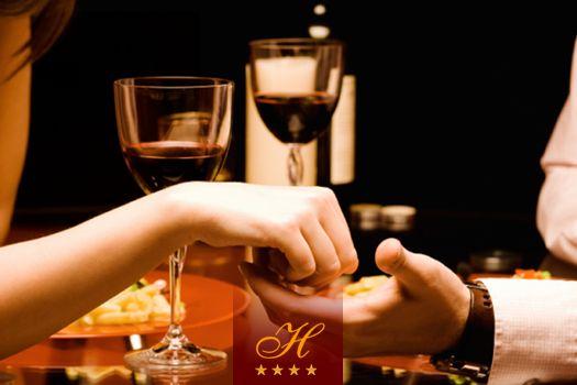 ROMANTYCZNA KOLACJA  Dzień Kobiet to idealny moment, aby zabrać ukochaną na romantyczną kolację przy winie, świecach i nastrojowej muzyce :) Dlatego 8 marca w naszej restauracji po każdej kolacji oferujemy gratisowy deser, a każda pani otrzymuje od nas piękny kwiat. Ponadto, w ten dzień w ofercie dostępne będą niestandardowe koktajle tylko dla pań :)