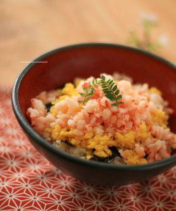 <ひな祭り寿司 簡単!海老のちらし寿司>  おぼろ海老が主役の桃色ちらし寿司。簡単なのに和食屋さんのような仕上がりで、見た目にも大満足な一品。