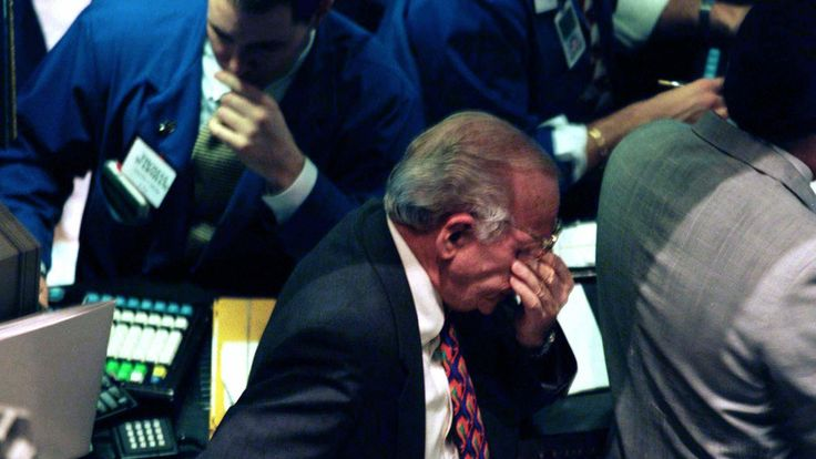 TRADER ON THE FLOOR OF THE NY STOCK EXCHANGE