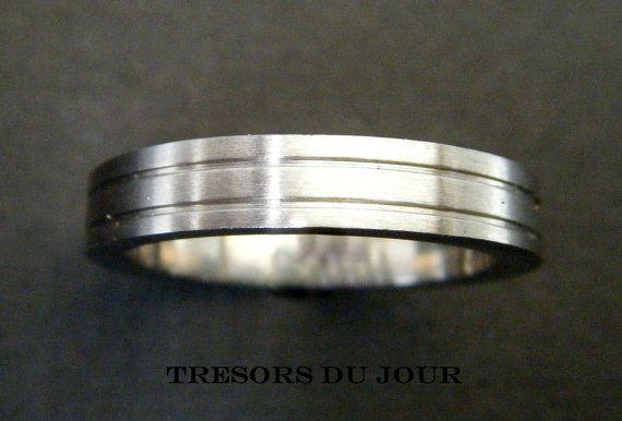 Unique Modern WEDDING RING  with Reeded Banded surface, custom wedding ring by TresorsDuJour  #UniqueWeddingRing #MensWeddingRing