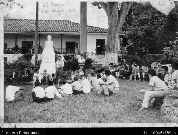 Biblioteca Departamental Jorge Garces Borrero y FABIO LENIS. Paseo a la Hacienda El Paraiso en El Cerrito, de los estudiantes del colegio Mayor. Cali 1961.YUMBO: Biblioteca Departamental Jorge Garces Borrero, 1961. 13X18.