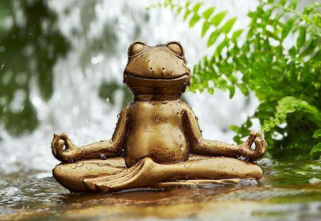 Malá žabka pro štěstí v lotosovém sedu symbolizujícím klid a vyrovnanost. Cena je 249 Kč; Tchibo