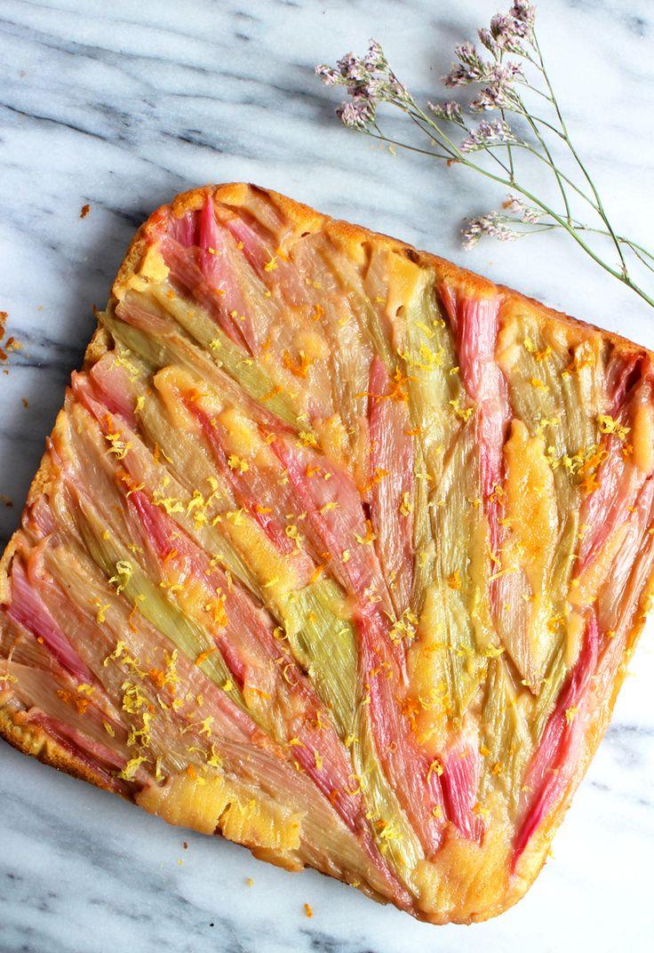 Deze rabarbercake is eigenlijk een kruising tussen een Franse tarte tatin en een gewone cake. Je bouwt 'm namelijk op z'n kop, maar de cake onder de rabarber blijft heerlijk zacht en luchtig. En misschien wel het beste van alles: onderop zit een krokante crumble! Wij gebruikten het recept van Martha Stewart, maar pasten het …