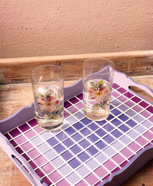 Bandeja artesanal com mosaico de pastilhas de vidro