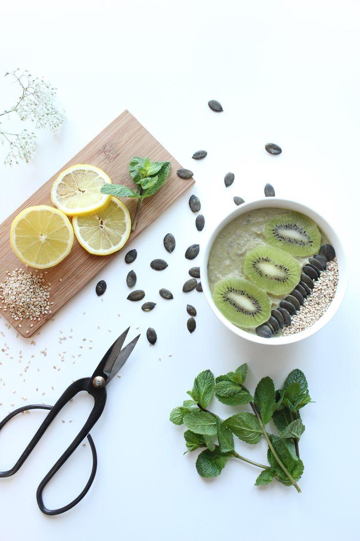 Smoothie bowl à l'avocat et menthe avec un topping graines  Photo by Clémence Dubois