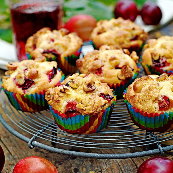 Goda plommonmuffins med crumble och hasselnötter.