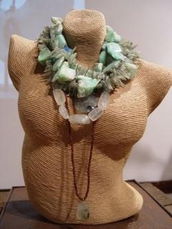 Renée Arnold ontwerpt en maakt haar sieraden van ruwe edelstenen in haar sfeervolle atelier en winkel in Laren.  Door de stenen op een onconventionele manier te combineren met materialen als gematteerd goud en zilver, leren veters, parels, e.d., heeft zij inmiddels een geheel eigen signatuur neergezet: een stoere en krachtige uitstraling. Mooi is te zien hoe een ieder zijn persoonlijkheid accentueert met de keuze van een bepaalde steen. De sieraden krijgen daardoor een heel 'eigen karakter'.