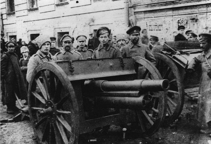 Una pistola en el edificio del Ayuntamiento de Moscú, noviembre de 1917, Moscú.  Guardia Roja - Las fuerzas armadas voluntarias, crear organizaciones del Partido territoriales del POSDR (b) para la puesta en práctica de la revolución de 1917 en Rusia, la principal forma de organización militar de los bolcheviques durante la preparación y ejecución de la revolución de octubre y los primeros meses de la Guerra Civil.
