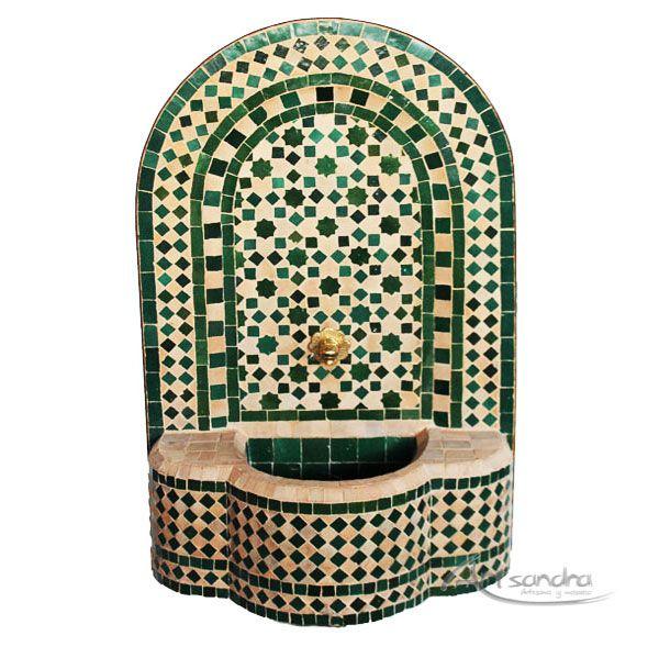 Fuente árabe de mosaico elaborada  artesanalmente en la medina de Marrakech