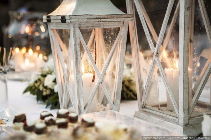 Decorazioni per il banchetto di nozze per il tavolo da buffet. Lanterne in ferro battuto bianco per illuminare e decorare i tavoli del banchetto nuziale