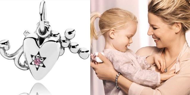 Voglia di tenerezza per i charms di Pandora per la festa della Mamma, in primo piano il charms 'Love, Faith, Hope' (Amore, Fede e Speranza) in argento.  http://www.sfilate.it/189294/voglia-di-tenerezza-per-i-charms-di-pandora-per-la-festa-della-mamma