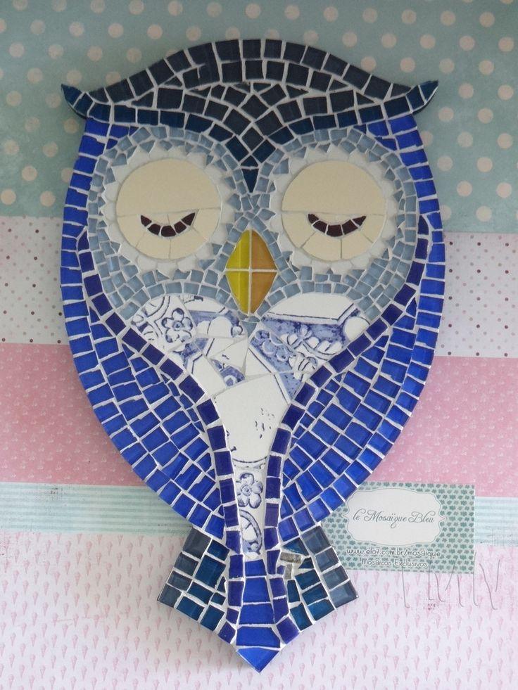 Quadro de Mosaico Coruja Pink com aplique Love. <br>Design exclusivo, feito pela mosaicista Tainah Neves. <br> <br>Mosaico feito à mão com Pastilhas Cristal, Pastilhas de vidro reciclado, Pastilhas Porcelana, Azulejo e Azulejo Português . <br> <br> <br> <br>Dimensões: 34 cm x 21 cm, espessura 1,3 cm.