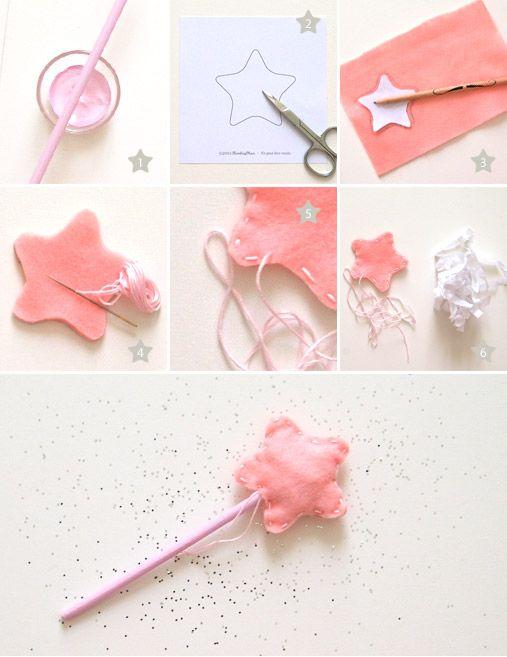 Pour faire votre baguette magique il vous faut: 1 pinceau 1 bâton pomme d'amour 1 crayon à papier de la peinture 1 forme étoile (à télécharger ici) 1 paire de ciseau 1 fil de couleur 1 aiguille 1 coupon de feutrine 1 du papier de soie (ou boule de coton)